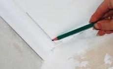 Как клеить потолочный плинтус самому